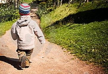 ребенок идет по тропинке
