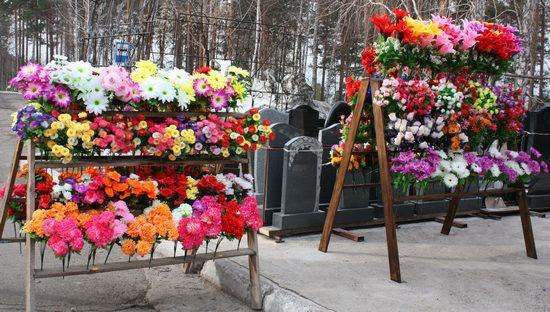 Цветы которые приносят на кладбище - какие лучше выбрать