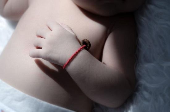 Что значит красная нить на запястье левой руки у знаменитостей и как ее завязывать