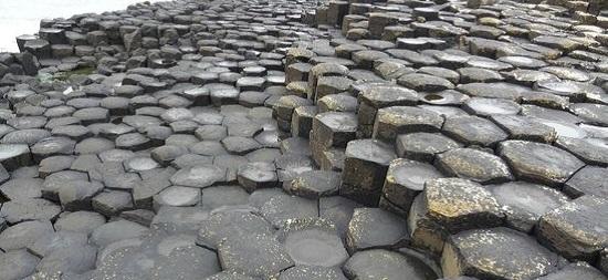 камни на мостовой