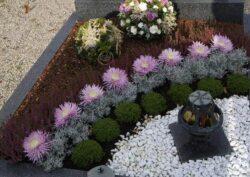 Благоустройство могилы на кладбище.